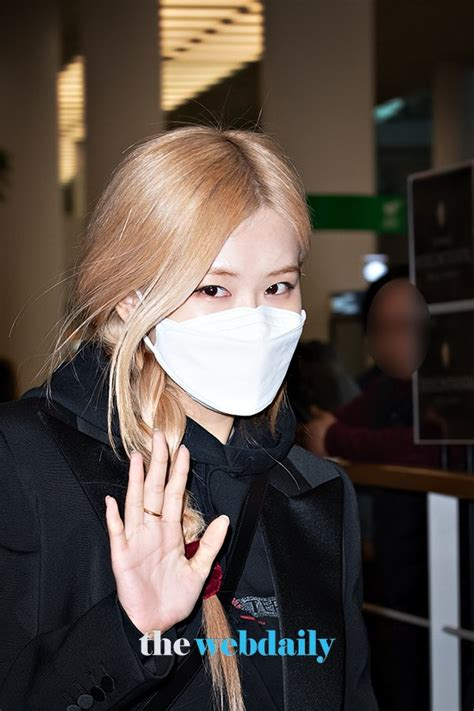BLACKPINK's Rosé Kindly Greets Fans At The Airport | KPOP